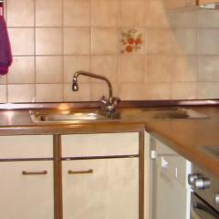 Küche mit Spülmaschine, Herd und Backofen